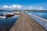 Hafen mit Boote auf der Insel Merdø in Norwegen