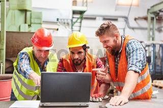 Arbeiter Team am Laptop Computer plant einen Auftrag