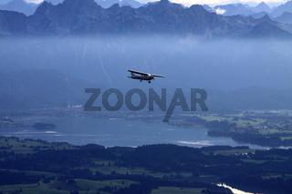 Sportflugzeug über dem Forggensee