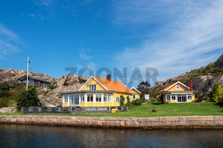 Gebäude auf einer Schäreninseln vor der Stadt Fjällbacka in Schweden