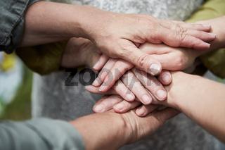 Team stapelt Hände für Teamgeist und Motivation