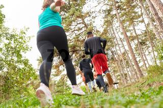 Junge Leute beim Jogging in der Natur für Fitness