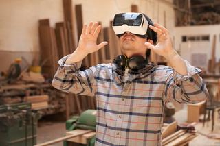 Junger Handwerker mit Virtual Reality Brille