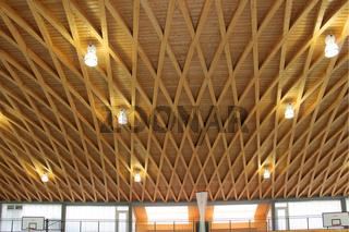 Holzdecke einer Sporthalle