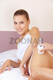 Entspannte Frau bei Elektromassage