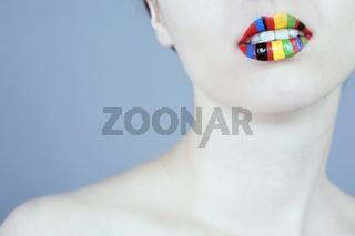 Mund einer jungen Frau mit buntem Lippen Makeup