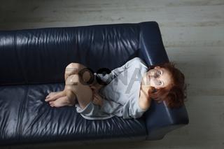 schöne Rothaarige auf einem Sofa