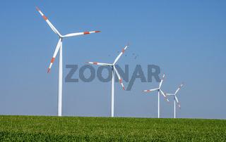 Moderne Windkraftanlagen in einem Kornfeld