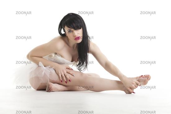 Balletttänzerin sitzt auf dem Boden