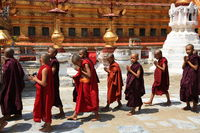 Prozession mit Novizen in der Shwezigon-Pagode in Myanmar