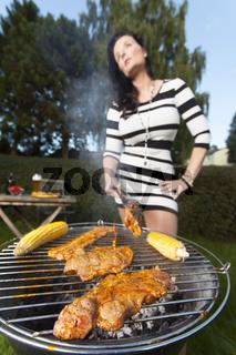 Frau kochen auf dem Grill