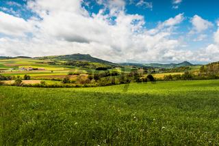 Hegaulandschaft mit Blick auf die Hegauvulkane Hohenstoffeln und Hohenhewen