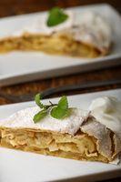 österreichischer Apfelstrudel auf weißen Tellern