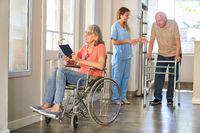 Krankenschwester und Senioren mit Behinderung in der Reha