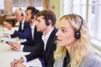 Business Team bei Schulung mit Headset für Hotline