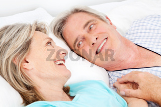 Senioren kuscheln im Bett