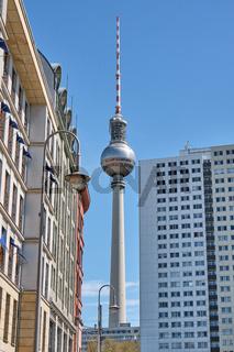 Der Berliner Fernsehturm und einige Wohnungsbauten