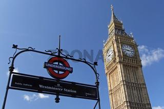 Blick auf den Big Ben von der Westminster Station am Tag
