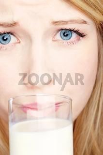 Girl do not like to drink milk