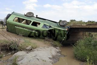 ein einen Bach gestuerzter Safariwagen, Toyota Landcruiser, Masa