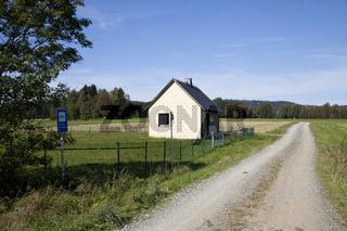 Wasserhaus im Wasserschutzgebiet bei Voitsumra / Weissenstadt an der St2180