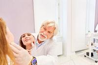 Arzt für plastische Chirurgie und Patientin