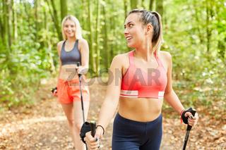Zwei Frauen trainieren zusammen für Ausdauer