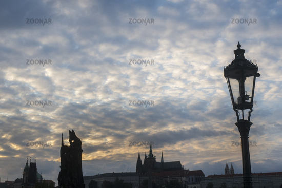 Karlsbrücke in Prag in der Dämmerung