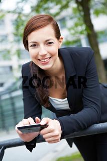 Lachende Geschäftsfrau mit Smartphone