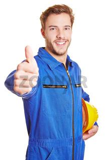 Bauarbeiter im Blaumann hält Daumen hoch