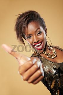 Afrikanerin hält Daumen hoch