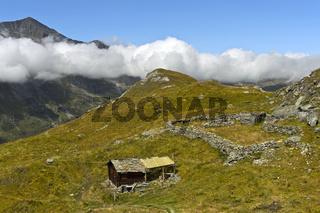 Alp mit Älplerhütte und Schafpferch