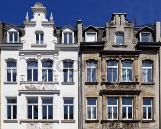 renoviertes und nicht renoviertes Gründerzeithaus in Köln