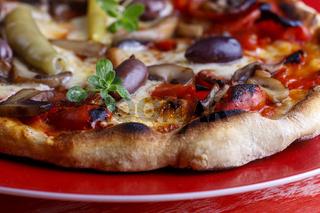frische Pizza auf rotem Hintergrund