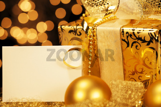 goldenes weihnachtsgeschenk mit geschenk karte