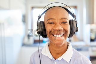 Kind mit Kopfhörern hat Spaß beim Musik Streaming online