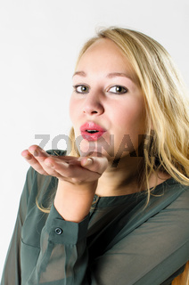 Junge Frau wirft einen Luftkuss zu