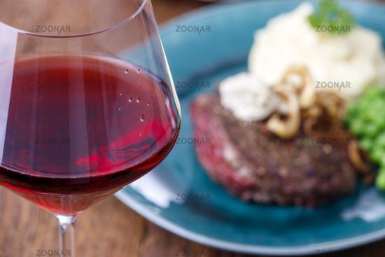 gegrilltes Steak mit Röstzwiebeln
