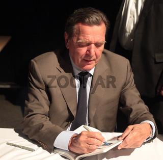SPD Ex-Bundeskanzler Gerhard Schröder signiert sein Buch 'Entscheidungen Mein Leben in der Politik'