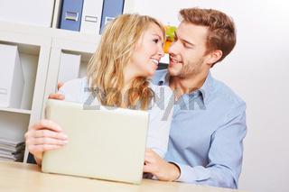 Paar mit Tablet PC im Wohnzimmer