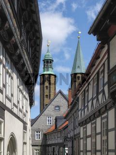 Goslar - Altstadtgasse, Türme der Marktkirche St. Cosmas und Damian, Deutschland