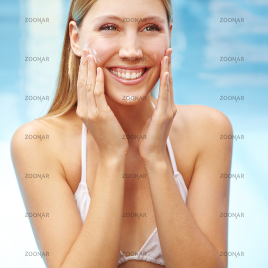 Lächelnde Frau mit Sonnencreme