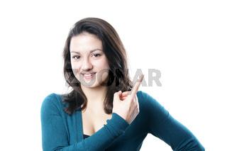 junge Frau zeigt auf Textfreiraum