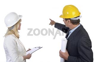 Architekt und Architektin betrachten Hintergrund
