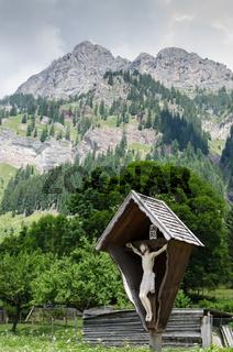 Bildstock vor hohen Bergen