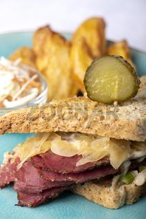 Reuben-Sandwich auf einem Teller mit Pommes Frites