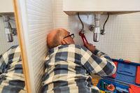 Installateur montiert oder installiert neues Waschbecken