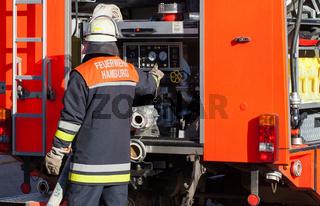Feuerwehr Feuerwehrmann am Löschfahrzeug