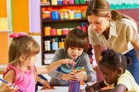 Gruppe Kinder beim Bilder malen in einem Malkurs
