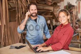 Kundenservice Team im Handwerksbetrieb